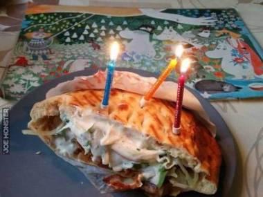 Skromny torcik urodzinowy