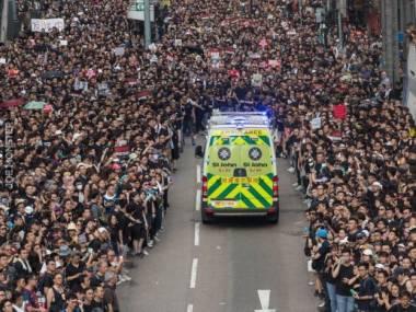 Protestujący w Hong Kongu utworzyli korytarz życia dla ambulansu. Wygląda to jak przejście przez Morze Czerwone