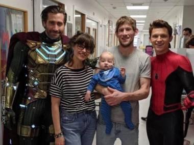 """Jake Gyllenhaal i Tom Holland w przerwie w promocji nowego """"Spidermana"""" w kostiumach odwiedzali dzieci w szpitalu w Londynie"""