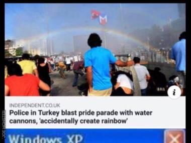 Tureccy policjanci rozganiający paradę homoseksualistów przy pomocy armatek wodnych przypadkowo stworzyli tęczę