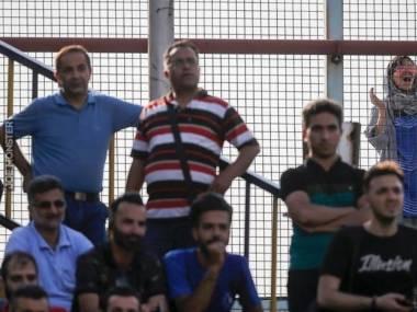 Irańska dziewczyna ogląda mecz jej ulubionej drużyny piłkarskiej. W Iranie kobiety nie mogą wchodzić na stadiony