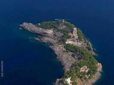 Wyspa Gallo Lungo w kształcie delfina w rejonie wysp Syrenich, ochy
