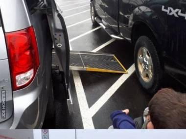 Nadal uważasz, że miejsca dla inwalidów są takie szerokie tylko dla wygody?!