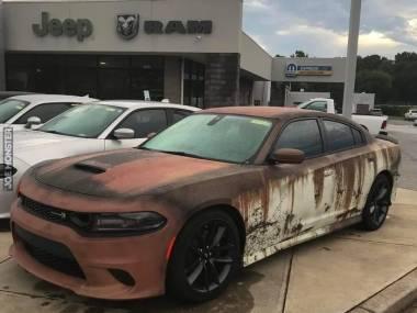 Zupełnie nowy Dodge Charger odpowiednio przyozdobiony naklejaną folią