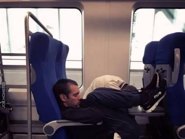 Znalazł najwygodniejszą pozycje do spania